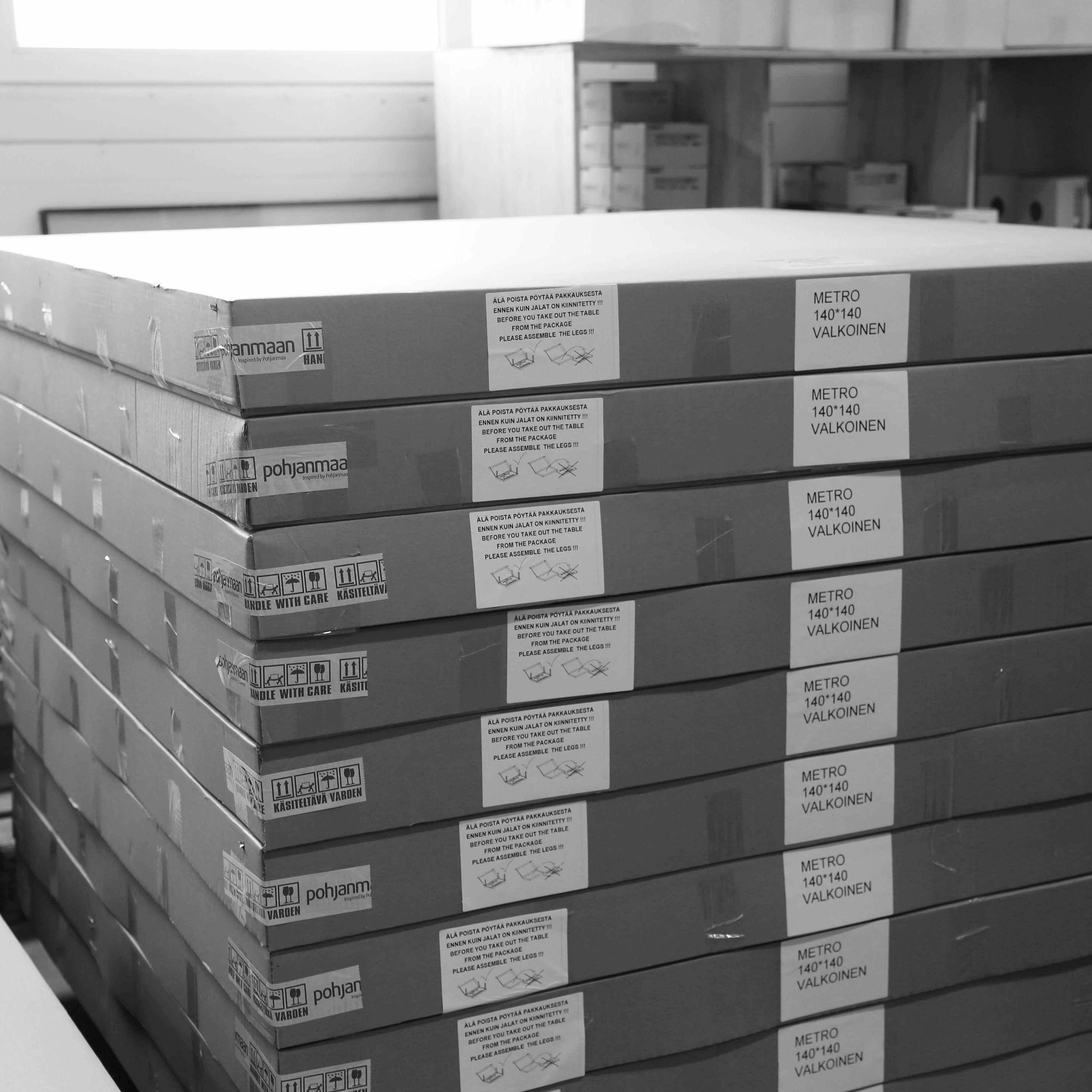 Työvaihe: Metro-pöydät valmiina lähtöön! | Craft: Metro tables ready to go! Tuotantolinja: Pöydät | Production line: Dining   #pohjanmaan #pohjanmaankaluste #käsintehty