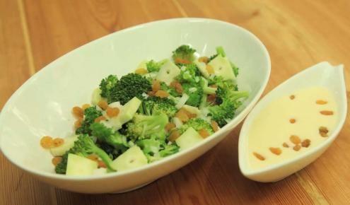 طريقة عمل سلطة البروكلي مع الزبيب Broccoli Food Dishes