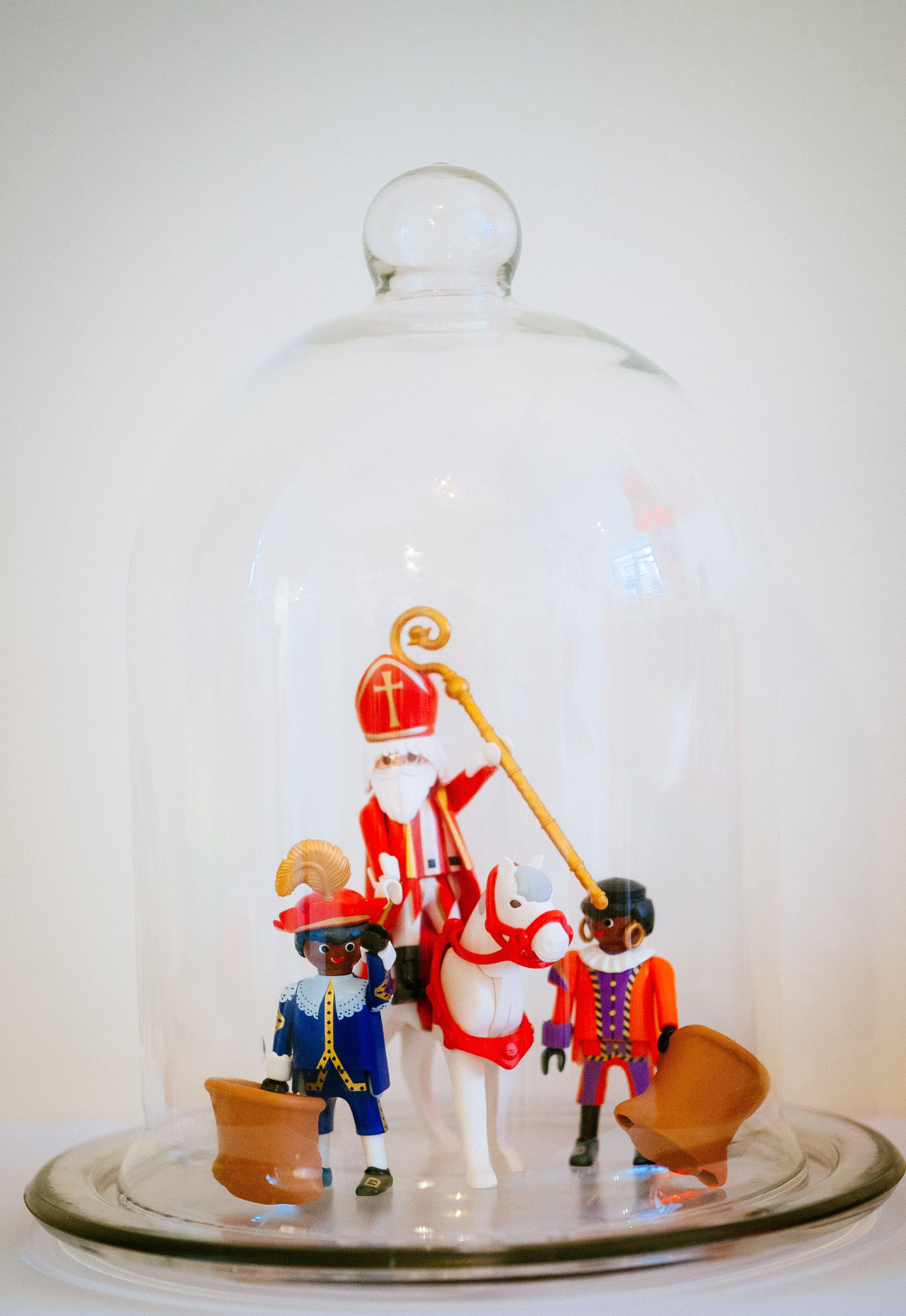 Sinterklaas en zwarte pieten in glazen stolp- decoratie- 5 december- sint-piet-cloche- Sinterklaas- http://www.galerie-lucie.nl/