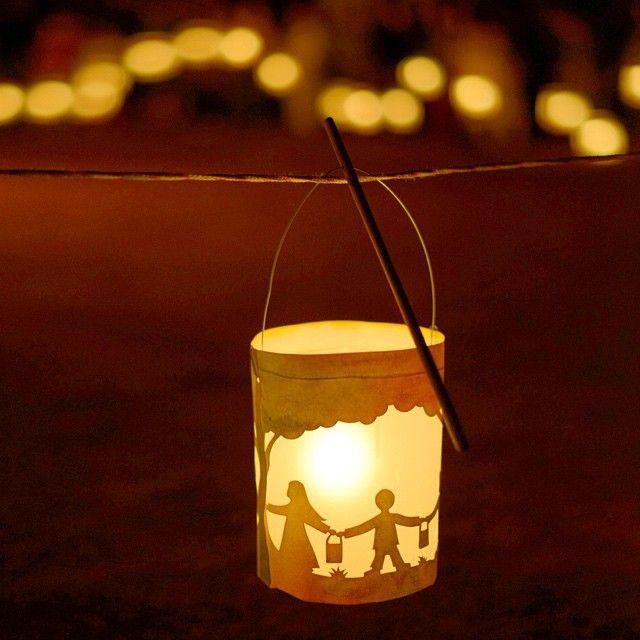 Só uma corda entre as crianças e o fogo. Cada um alimentando a chama com sua lanterna de papel, feita a mão pela criança durante a época de São João. Sem dúvida uma das festas mais lindas e emocionantes da Waldorfilândia. Sobe a chama! ✨