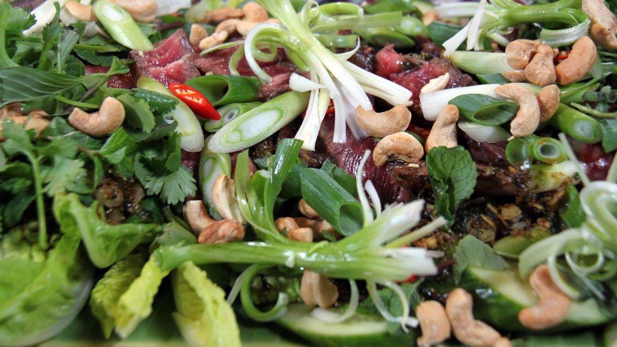 Spis den thailandske salaten som forrett uten noe ekstra, eller server yam neua som hovedrett sammen med kokosris.