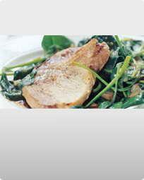 Stegt, dansk svinekotelet med stuvede spinat