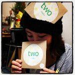 初公開!ututu[two]のパッケージはこんな感じ!そしてすべてのアートディレクション&デザインを担当してくれたフジイコユミちゃん。細やかなお仕事をものすごいスピードでこなす素晴らしいデザイナーです。本当にありがとう♪: http://twitpic.com/8vu2h0