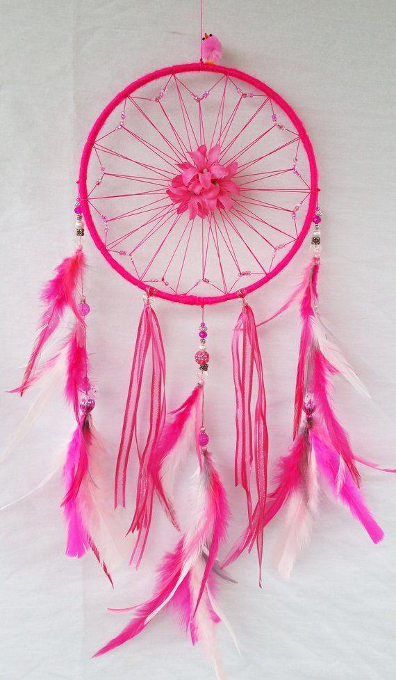 8 de pulgada caliente rosa Atrapasueños con cuentas del molinete y centro de flor, perlas blancas y rosadas y plumas de saddle con el más lindo poco pequeña adorable rosa polluelo en la parte superior sólo por diversión! Todo hecho con amor e impregnado de sanación energía positiva.