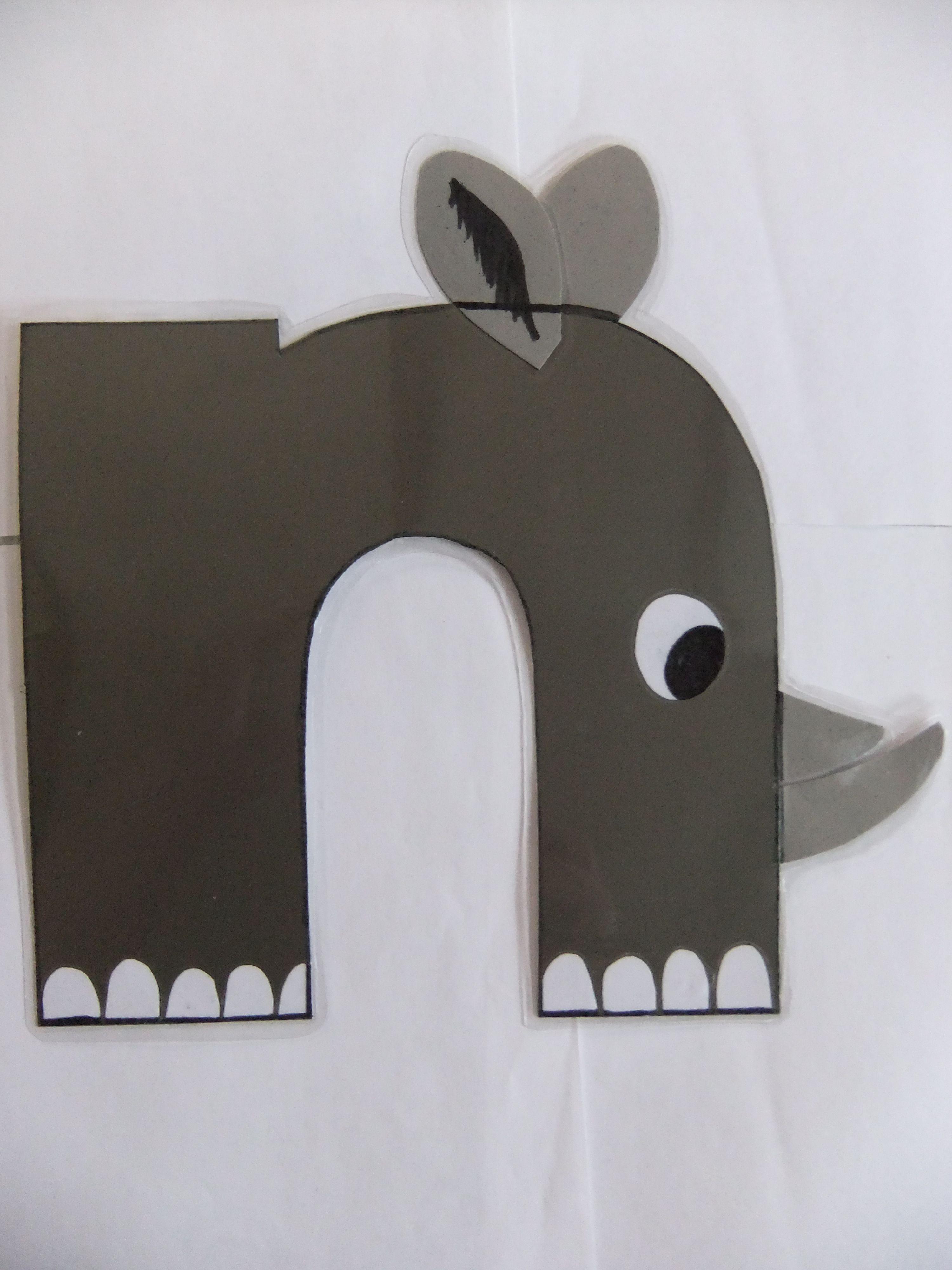 Zelfgemaakt alfabet letter n. neushoorn