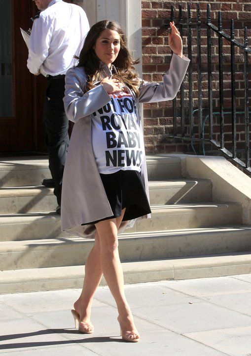 July 19 2013 Only To Proudly Display Her Sun Newspaper T Shirt Prince William And Kate Midd Kate Middleton Prince William And Kate Princess Diana Pregnant