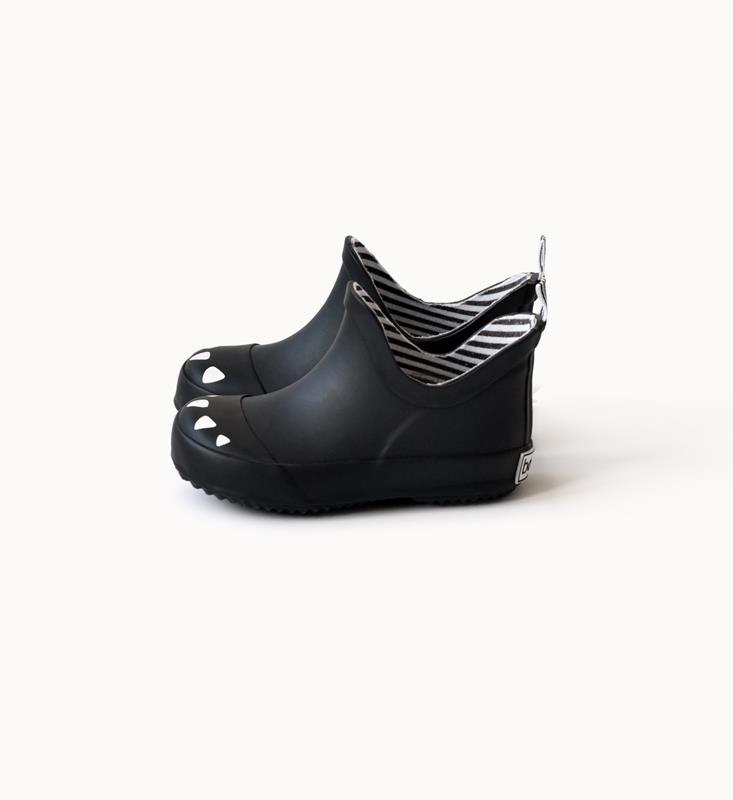 Krotkie Kalosze Dla Dziecka Ze Zwierzecym Motywem Kalosze Boxbo Zostaly Zaprojektowane We Francji Z Mysla O Najmlodszych Ktorzy Uwielbiaja Shoes Black Fashion