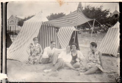 1a651ce803 AL598-Photo-vintage-anonyme-plage-beach-parasol-tente-bain-rayure-vers-1930