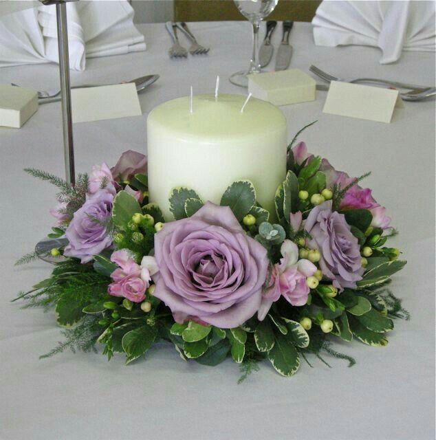 Arreglo Floral Redondo Con Rosas Color Violeta Y Vela En El