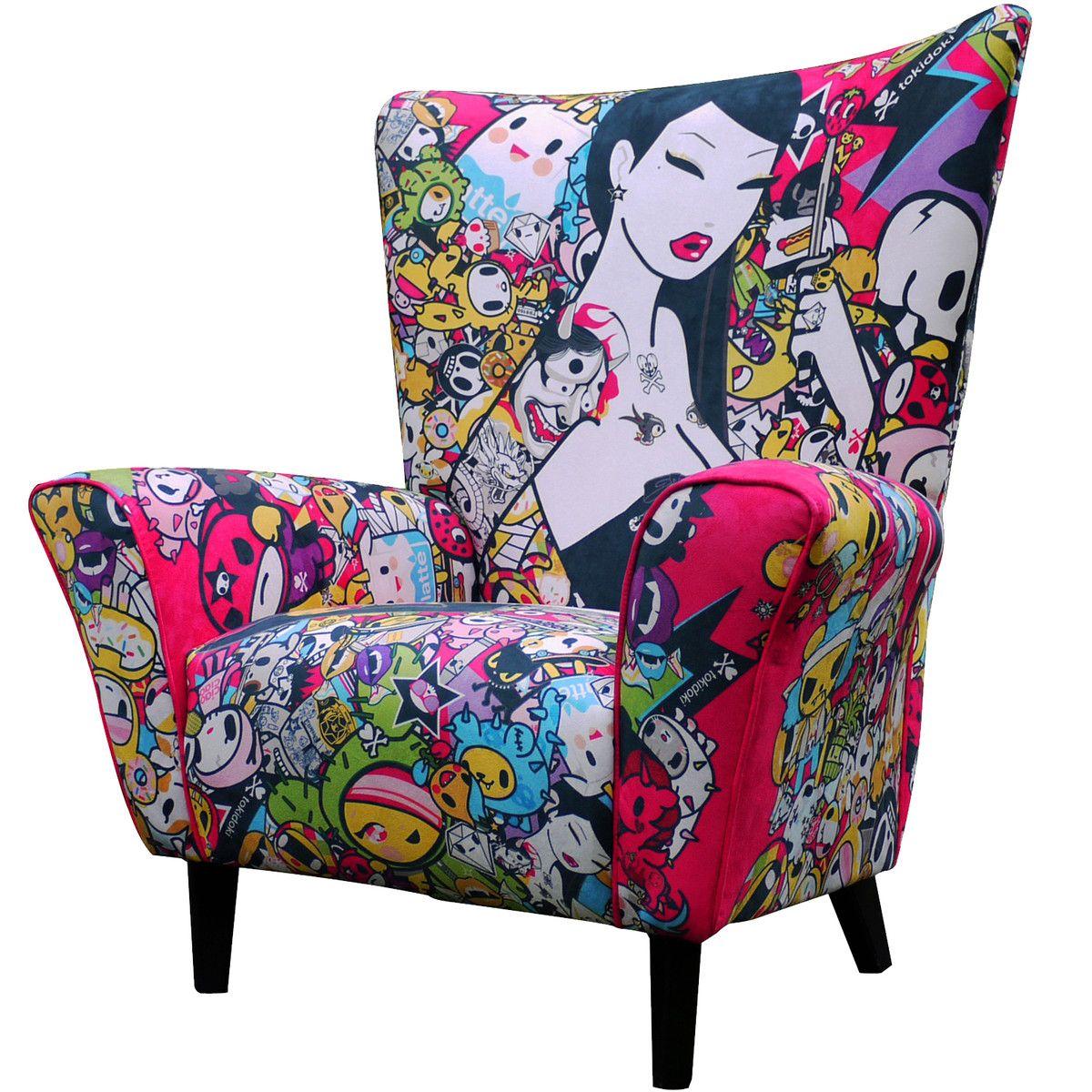 uma cadeira pop e color full para uma sala branquinha