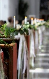 Kirchendekoration mit Kerzen und Blumen / Church Wedding Decorations with flowers and candles