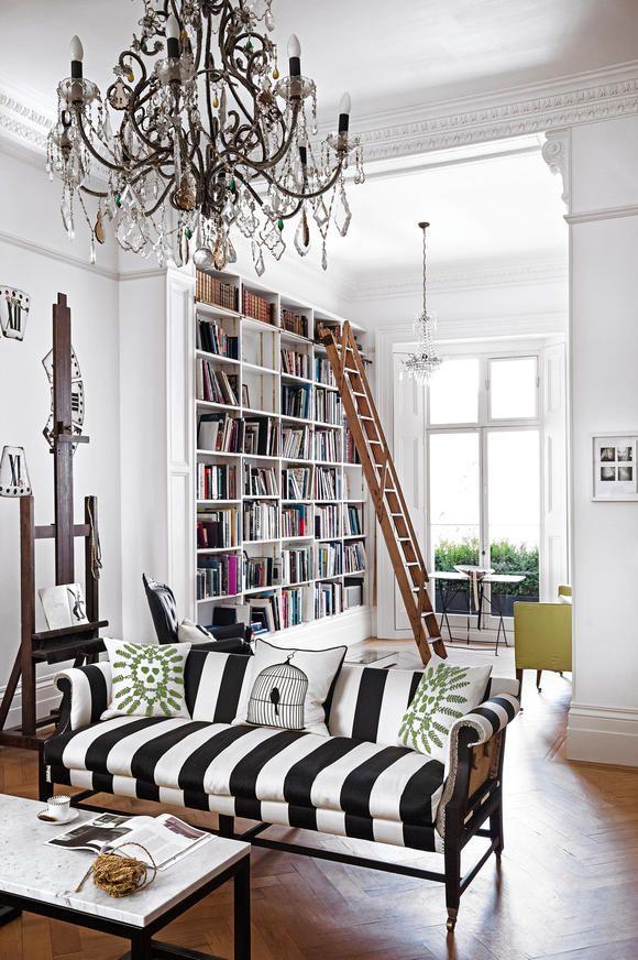 b cherregal mit leiter wohnen wohnzimmer regal und b cherwand. Black Bedroom Furniture Sets. Home Design Ideas