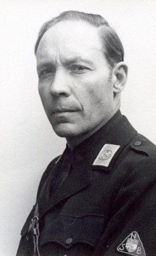 Zo heeft Frits, de vader van Lex er ongeveer uit gezien. Hij had ook zo'n uniform. Hij is lid van de NSB en daar is hij heel trots op. Lex schaamt zich voor hem, omdat hij de Duitsers helpt. Hij vindt het helemaal niet erg dat er joden naar kamp Vught worden gebracht. Hij helpt de Duitsers er zelfs bij.