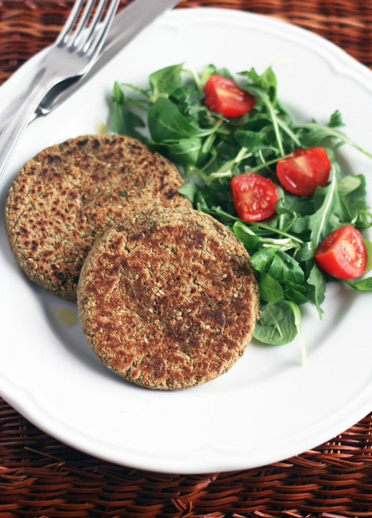 burger di lenticchie (veggie burger with lentils, sesame seeds and parsley (in Italian))