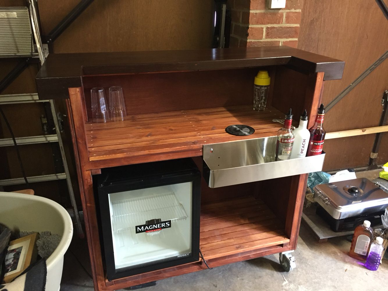 Portable bar made on castor wheels with a solid wood top for Bar portatil madera