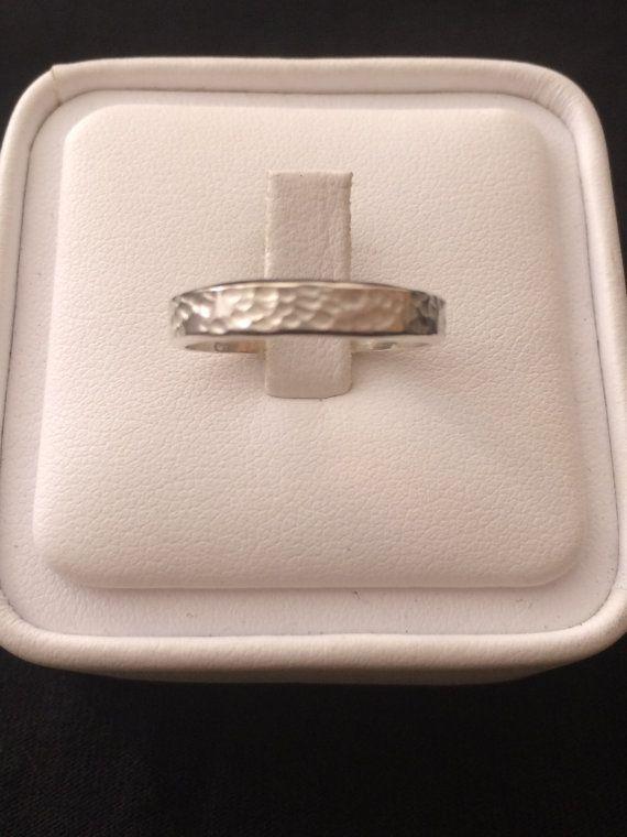 Mira este artículo en mi tienda de Etsy: https://www.etsy.com/listing/206992445/womens-wedding-band-14k-white-gold-ring