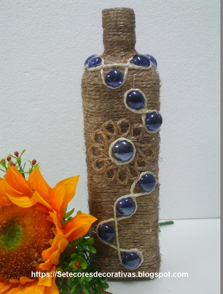 Garrafa reciclada com corda e pedras de vidro