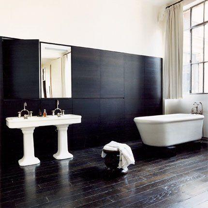 Salle de bains avec parquet teinté, placards en chêne teinté ...
