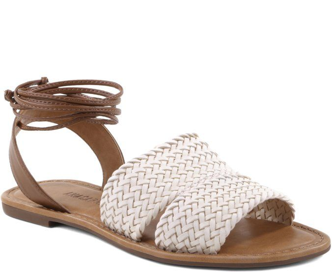 Sandália Rasteira Trança Branca   Anacapri - Tranças são praticamente sinônimo de verão! O branco conversa com vestidinhos, saias e calças jeans. A combinação com o marrom deixa o seu look ainda mais com a cara da temporada. Brinque com cores básicas e amarre-se nessa trend!