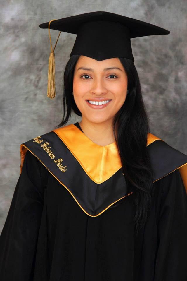 Graduación. Toga negra y amarilla.