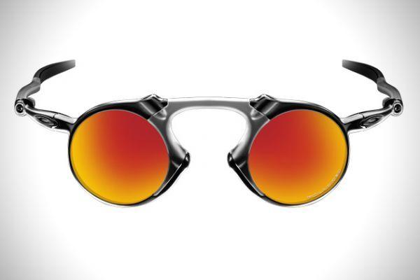 Madman é o mais novo solar da Oakley, e faz parte da famosa linha X-Metal, icônica pelos modelos diferenciados e despojados, feita para quem quer ousar e desafiar! Sendo assim, dessa vez não poderia ser diferente, Madman contém um formato incrível na armação, feito de O-Matter e com a combinação do X Metal leve e durável. As lentes eliminam todo brilho e reflexos com proteção Polarizada, e também filtram todos os raios UVA, UVB e UVC.