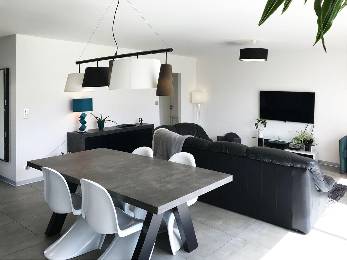 Table En Béton Ciré Et Bois maison moderne, contemporaine, carrelage au sol gris, mur