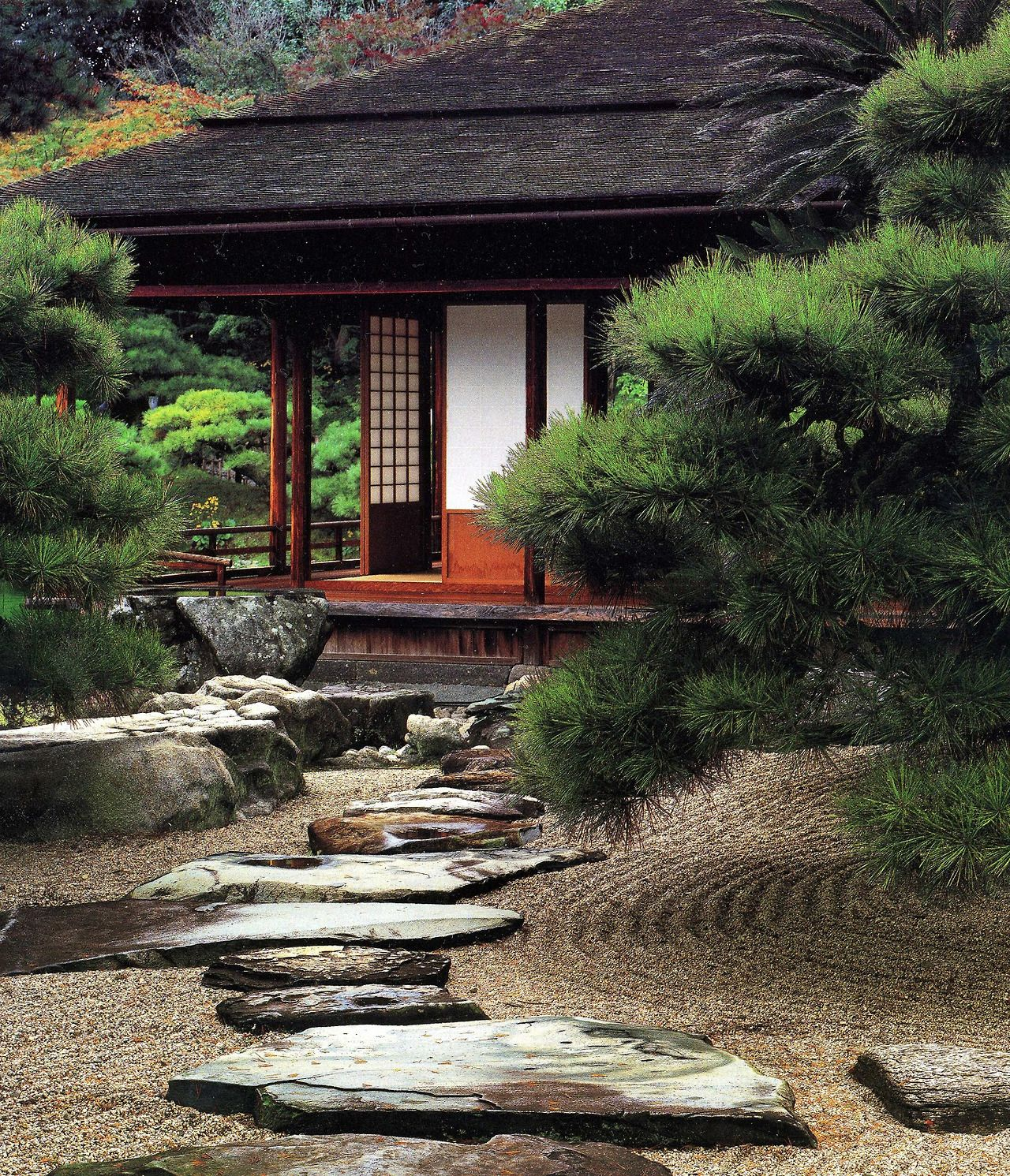 Raked gravel large flat stones in traditional japanese for Japanese stone garden