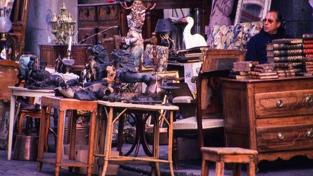 Paris – Der Flohmarkt Porte de Clignancourt bietet ein reichhaltiges Angebot alter, mitunter etwas verschlissener Möbel. (Quelle: srt)