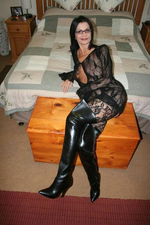 Pin auf boots, latex, pvc, and leather loving matures
