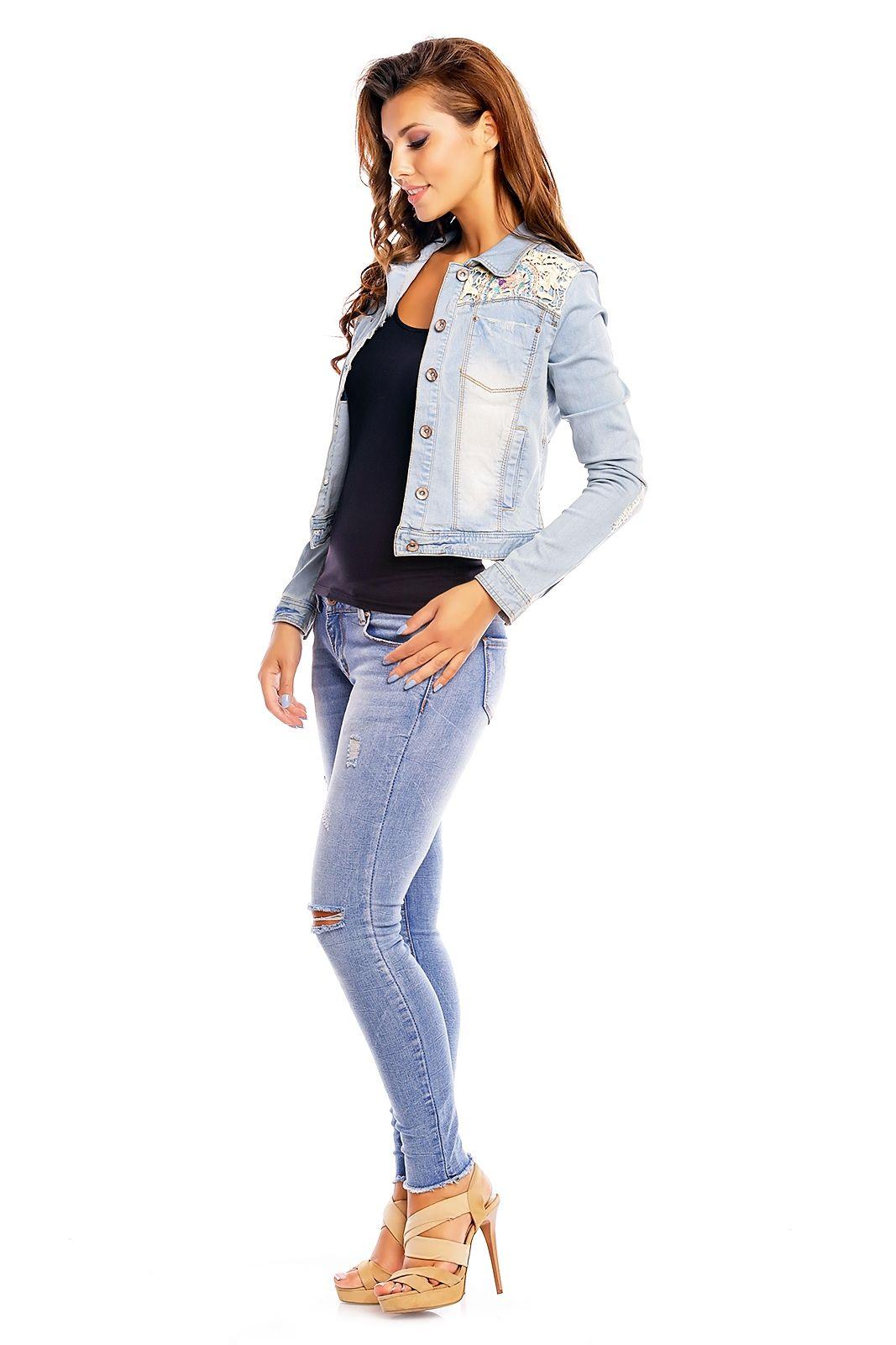 Denim spijkerjack gemaakt van een geweven kwaliteit met used details. Het model heeft een kant detail, lange mouwen en sluit met jeansknopen. Denim kleding online EB Plaza