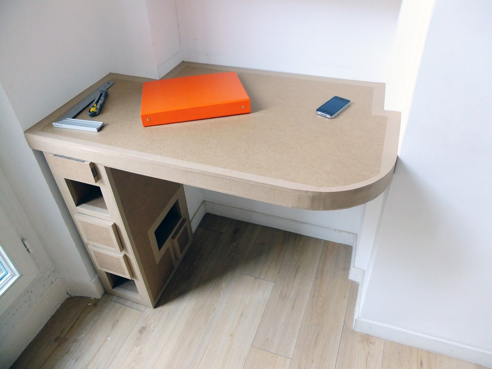 Oo. great use of space. bureau en carton sur mesure cartonnage
