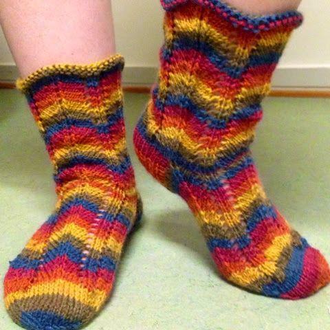 Jes! Sain Olga-sukkani valmiiksi! Maanantaina aloitin täällä Huvituksessa tekemään ja tänään sain valmiiksi! Hihi. :) Tuollaiset niistä tuli...