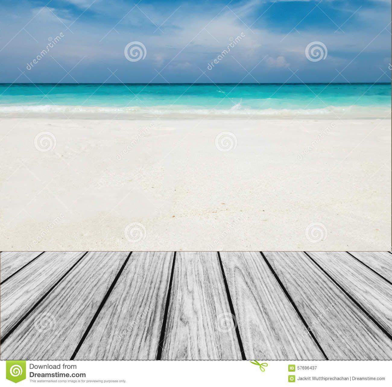 Terraza De Madera En La Playa Con El Cielo Claro El Mar