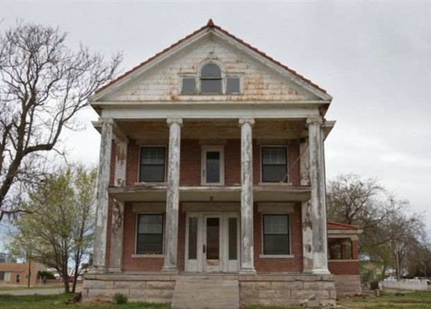 Outstanding Would You Buy One Of These Decaying Mansions Cool Old Beutiful Home Inspiration Ommitmahrainfo