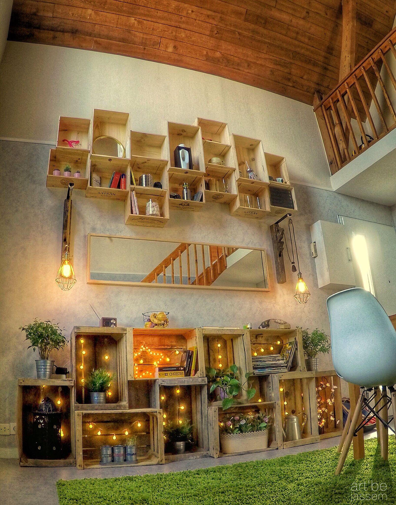 meubles en caisses de pommes avec guirlandes lumineuse et caisses de vins assembl s au mur diy. Black Bedroom Furniture Sets. Home Design Ideas