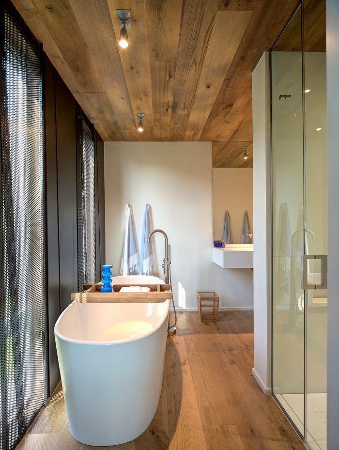 plancher salle de bain, aménagement pièce aux murs blancs et plafond