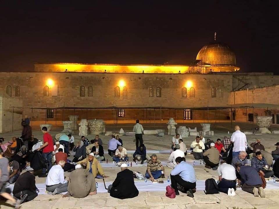 صور موائد إفطار الصائمين في ساحات المسجد الأقصى المبارك باليوم الأول من شهر رمضان Masjid Hard Hat Hats