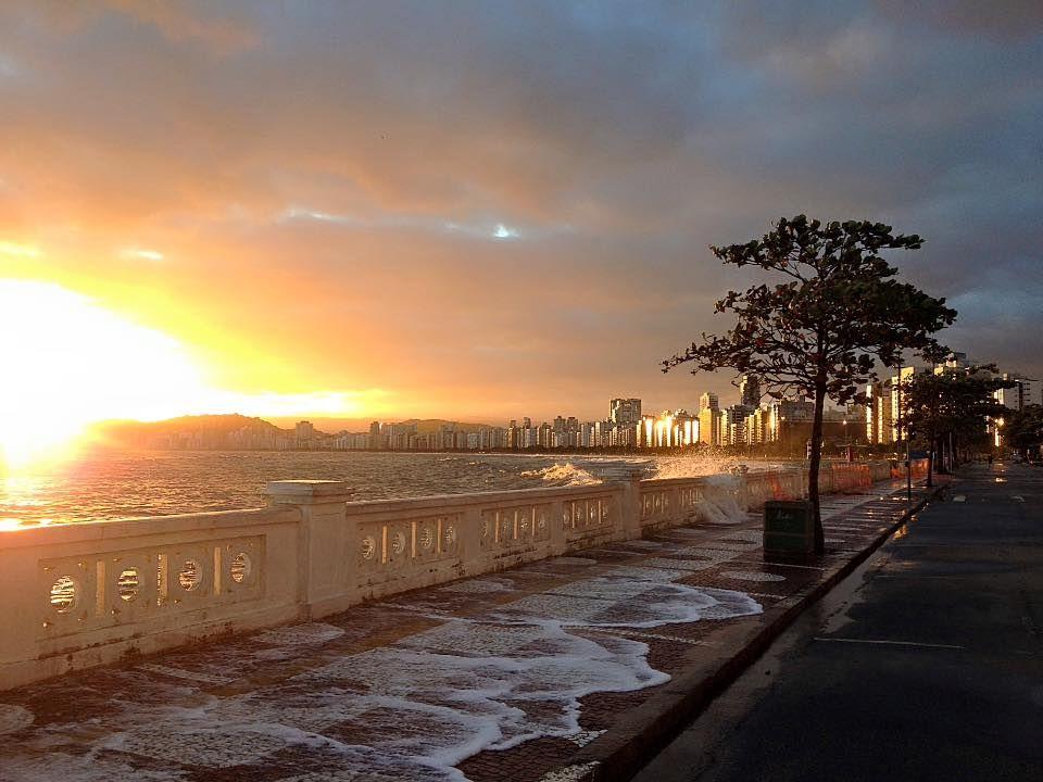 Ponta da Praia- Santos/SP...Salgando a calçada.   Cidade santos ...