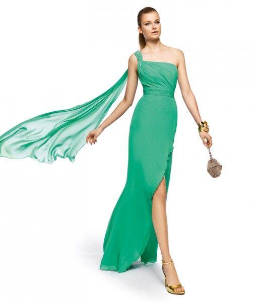 09a6b28f3 Los complementos en dorado serán la mejor opción para combinar con tu  vestido en verde esmeralda