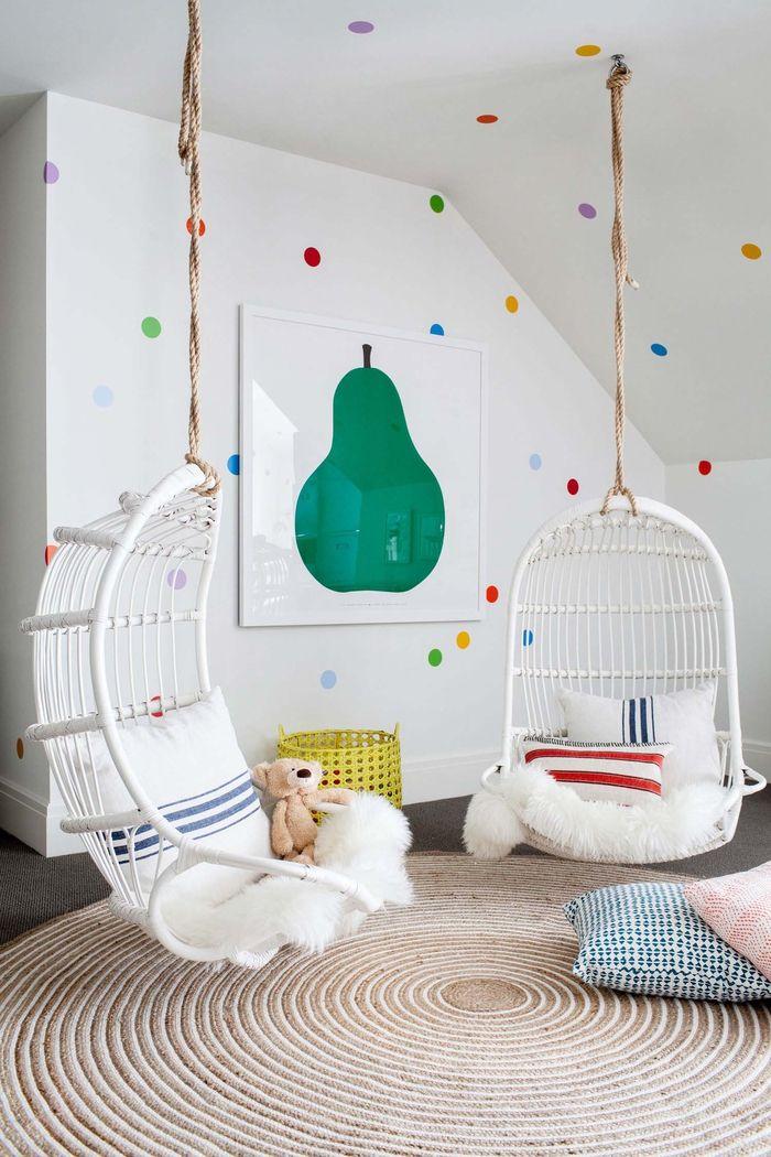 Kinderzimmer im Landhausstil einrichten, bunte Punkte an Wänden ...