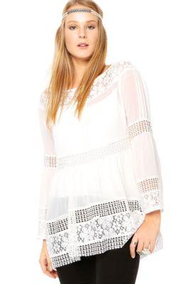 ac493ea9d Blusa Aishty Renda Branca, com recortes em renda e crochê, além de  transparência. Tem modelagem evasê, manga longa anjo e decote canoa.