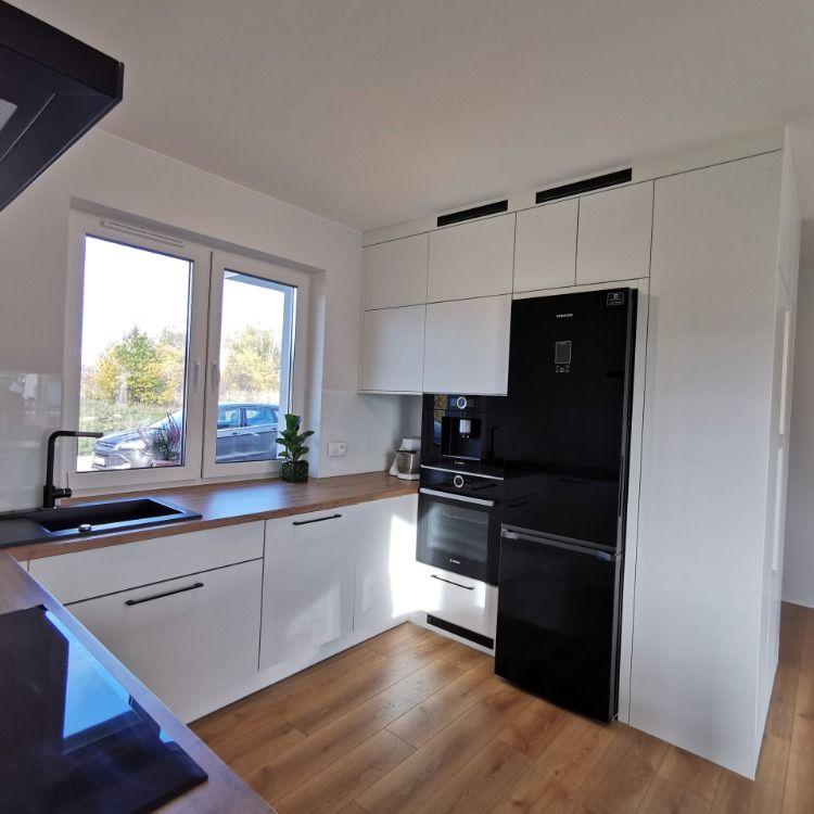 Jasna Kuchnia Z Praktycznym Polwyspem In 2021 Kitchen Cabinets Home Home Decor