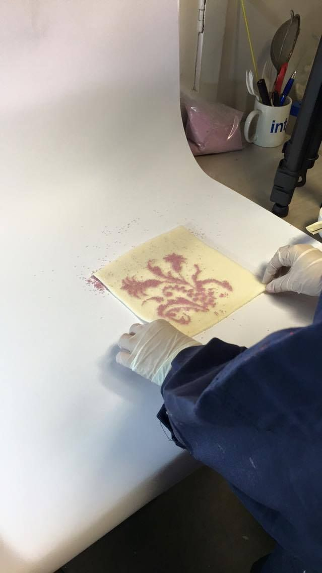 """Muestra luego de retirar el excedente de caviar de la tela con el adhesivo previo al """"curado"""" o """"fijado""""."""