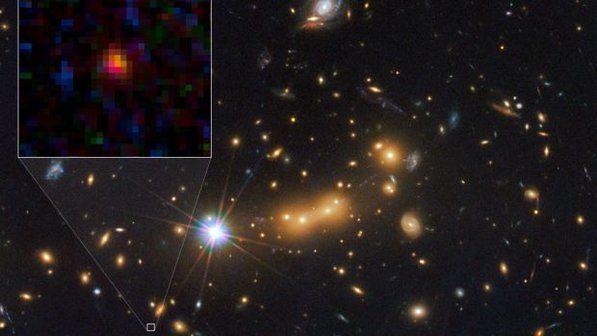 A galáxia MACS0647-JD é candidata a ser a mais distante já observada. Sua luz viajou 13,3 bilhões de anos até chegar aos telescópios espaciais Hubble e Spitzer, da NASA