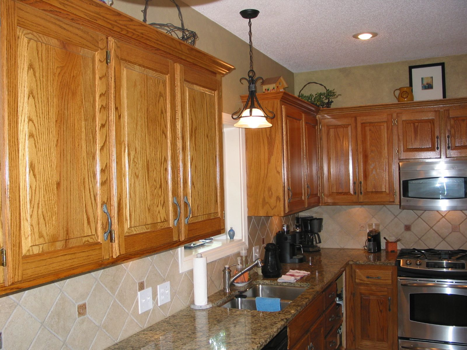 photosofkitchensoakandgranite small horseshoe shaped - Golden Oak Kitchen Design Ideas