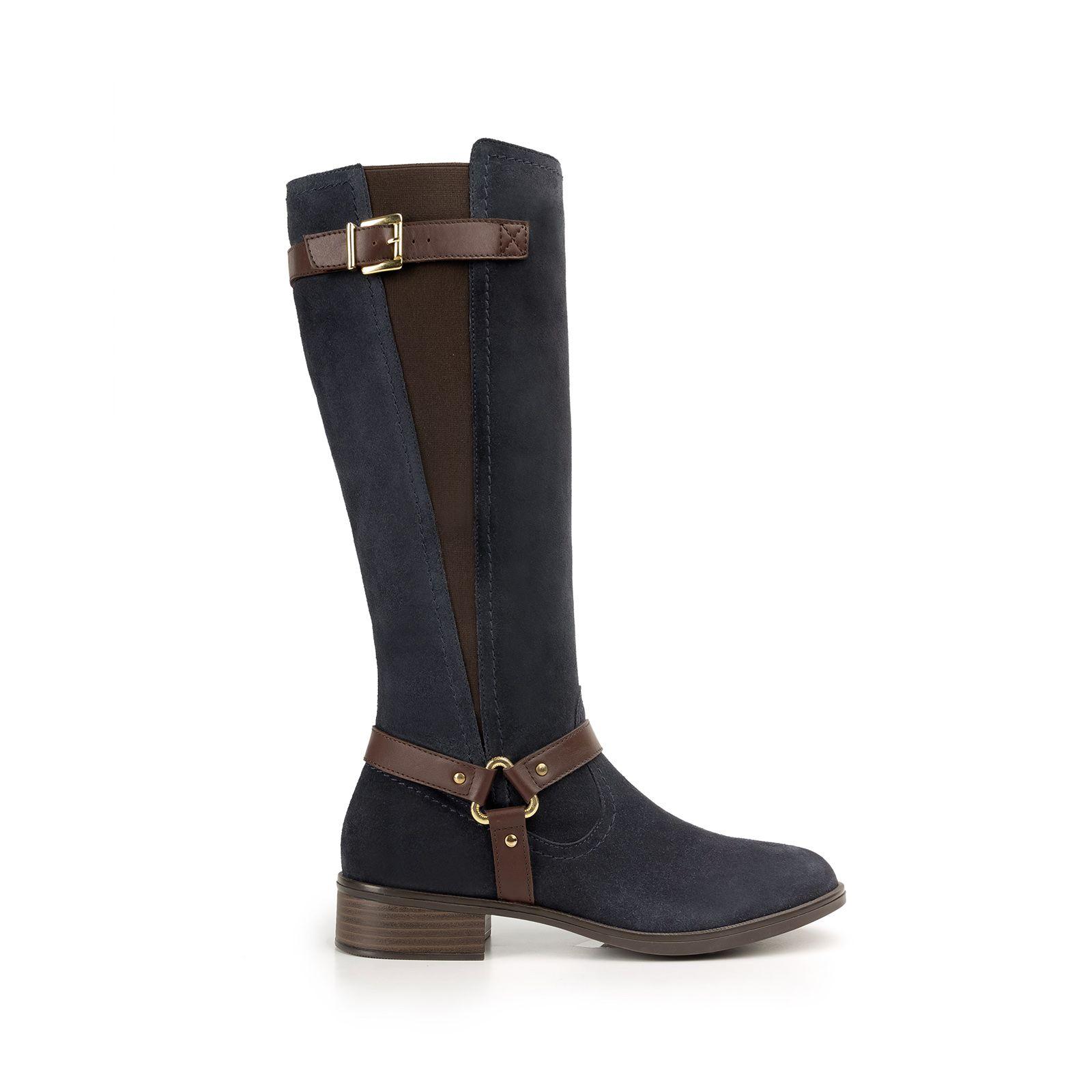 e400a8fcb5a Línea de bota y botín semi vestir estilo hípico con herrajes metálicos que  le dan un look clásico-moderno. Los estilos 15120 y 15121 llevan acabados  ...