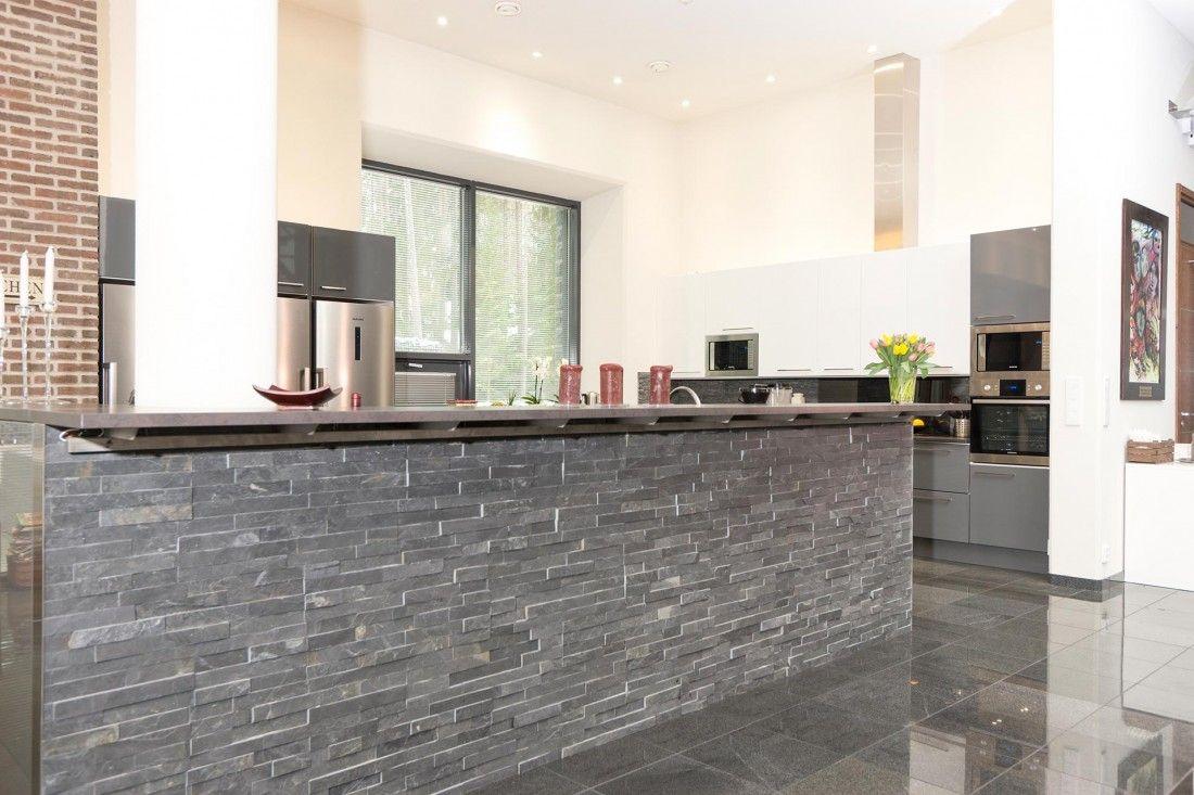 Isossa ja korkeassa tilassa keittiöltäkin vaaditaan kokoa. - Unique Home