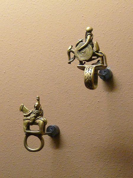 File:Anneaux pendentifs-Dogon-Mali.jpg