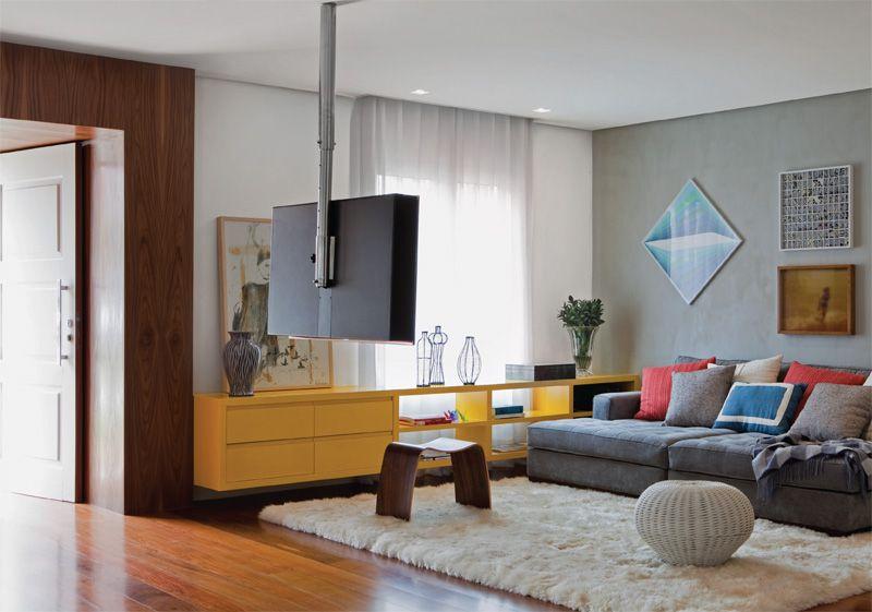 Azuis e amarelos conectam móveis e paredes da casa em São ...