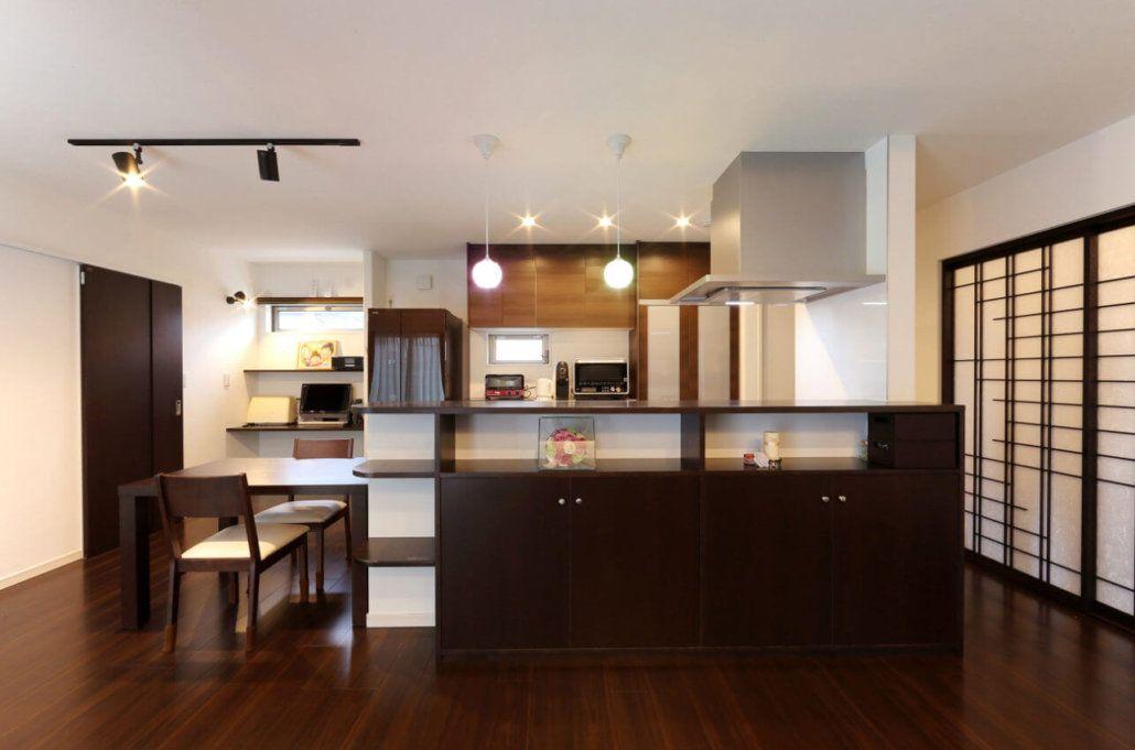 床や建具はダークブラウンで統一し 落ち着いた雰囲気に インテリア ダークブラウン リビング ブラウン リビング キッチン